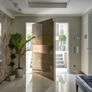 Создайте стильный интерьер: прихожая в стиле фьюжн с поворотной входной дверью, серыми стенами и бежевым полом - последний тренд