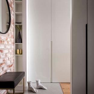 Стильный дизайн: тамбур в современном стиле с серым полом и белыми стенами - последний тренд