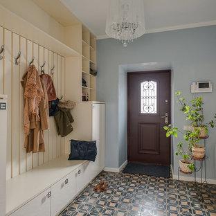 Источник вдохновения для домашнего уюта: большая входная дверь со шкафом для обуви в стиле фьюжн с синими стенами, одностворчатой входной дверью, коричневой входной дверью и разноцветным полом