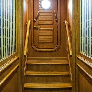 На фото: входная дверь в классическом стиле с коричневыми стенами, ковровым покрытием, одностворчатой входной дверью, входной дверью из дерева среднего тона и зеленым полом