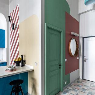 Пример оригинального дизайна: прихожая в современном стиле с разноцветными стенами, одностворчатой входной дверью, зеленой входной дверью и разноцветным полом