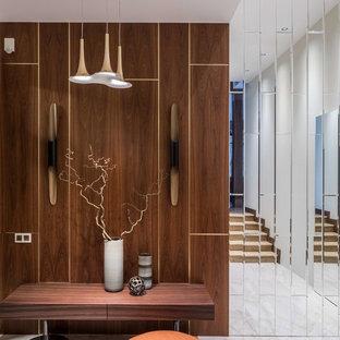 Стильный дизайн: узкая прихожая в современном стиле с белым полом и коричневыми стенами - последний тренд