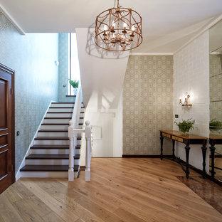 Выдающиеся фото от архитекторов и дизайнеров интерьера: фойе в классическом стиле с разноцветными стенами, светлым паркетным полом и коричневым полом