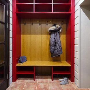 Удачное сочетание для дизайна помещения: тамбур в стиле кантри с белыми стенами и коричневым полом - самое интересное для вас