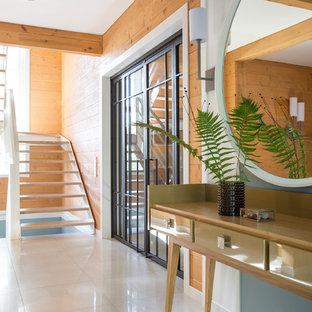 Выдающиеся фото от архитекторов и дизайнеров интерьера: узкая прихожая в современном стиле с коричневыми стенами и белым полом