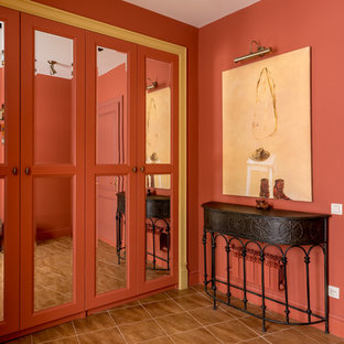 Пример оригинального дизайна: фойе в современном стиле с одностворчатой входной дверью, красной входной дверью и красными стенами