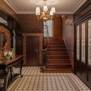 Idéer för mellanstora vintage foajéer, med bruna väggar och grönt golv