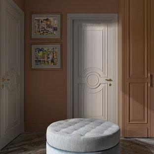 Идея дизайна: прихожая в стиле современная классика с бежевыми стенами, серым полом, одностворчатой входной дверью и белой входной дверью