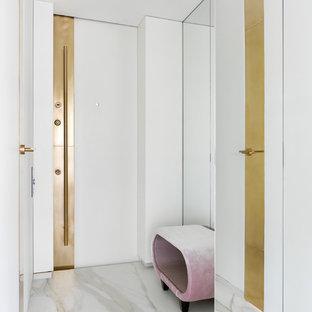 На фото: входная дверь в современном стиле с белыми стенами, одностворчатой входной дверью, белой входной дверью и белым полом