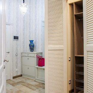 Новый формат декора квартиры: маленькая входная дверь в средиземноморском стиле с серыми стенами, полом из керамогранита, одностворчатой входной дверью, белой входной дверью и бежевым полом
