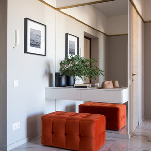 На фото: прихожая среднего размера в современном стиле с серыми стенами, полом из керамогранита и серым полом