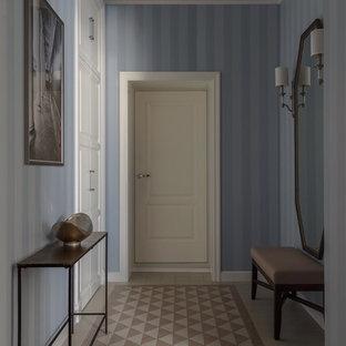 Неиссякаемый источник вдохновения для домашнего уюта: узкая прихожая в классическом стиле с синими стенами, бежевым полом, одностворчатой входной дверью и белой входной дверью
