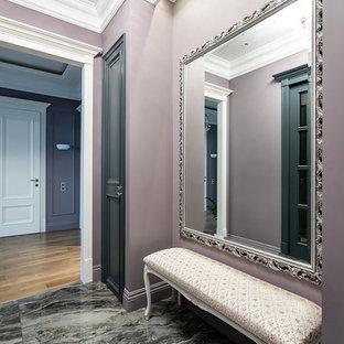 Неиссякаемый источник вдохновения для домашнего уюта: входная дверь среднего размера в классическом стиле с розовыми стенами, полом из травертина, одностворчатой входной дверью и зеленой входной дверью