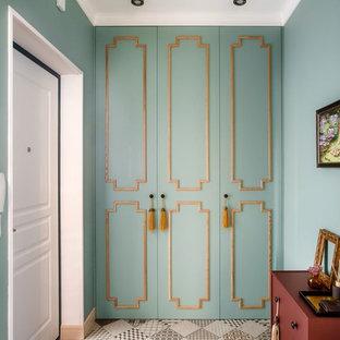Пример оригинального дизайна интерьера: входная дверь среднего размера в стиле современная классика с зелеными стенами, полом из керамогранита, одностворчатой входной дверью, белой входной дверью и серым полом
