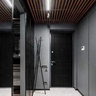 Idee per una porta d'ingresso design di medie dimensioni con pareti grigie, una porta singola, una porta nera, pavimento beige e soffitto in legno