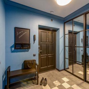 Пример оригинального дизайна: входная дверь среднего размера в современном стиле с синими стенами, одностворчатой входной дверью, полом из керамогранита, черной входной дверью и черным полом