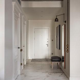 Modelo de puerta principal urbana con paredes blancas, puerta simple, puerta blanca y suelo beige