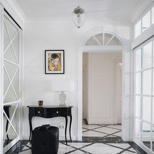 На фото: прихожая в классическом стиле с белыми стенами и разноцветным полом