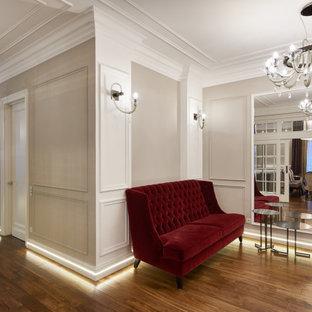 Свежая идея для дизайна: прихожая в стиле неоклассика (современная классика) с бежевыми стенами, паркетным полом среднего тона, одностворчатой входной дверью, белой входной дверью и коричневым полом - отличное фото интерьера