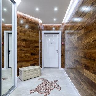 Идея дизайна: узкая прихожая в современном стиле с одностворчатой входной дверью и белой входной дверью