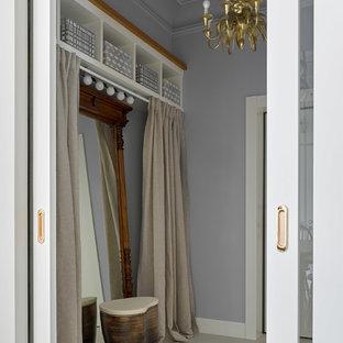 Foto di un ingresso con vestibolo design di medie dimensioni con pareti grigie, pavimento in cemento, una porta singola, una porta bianca e pavimento bianco