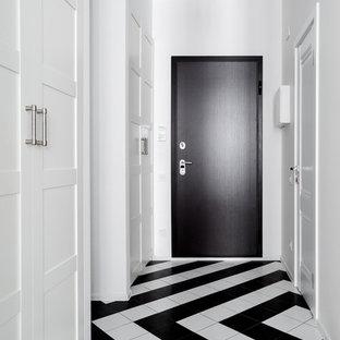 Пример оригинального дизайна: входная дверь в стиле современная классика с белыми стенами, одностворчатой входной дверью и черной входной дверью
