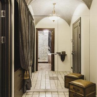Пример оригинального дизайна интерьера: маленькая прихожая с бежевыми стенами, полом из керамогранита и бежевым полом
