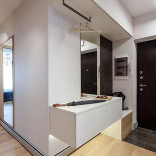 Неиссякаемый источник вдохновения для домашнего уюта: входная дверь в современном стиле с одностворчатой входной дверью и бежевым полом