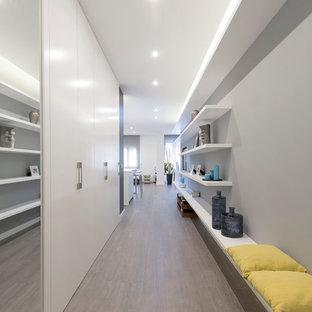 Foto de recibidores y pasillos minimalistas, grandes, con paredes grises y suelo de madera en tonos medios