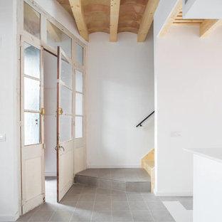 Cette photo montre un petit couloir méditerranéen avec un mur blanc, un sol en carrelage de porcelaine et un sol gris.