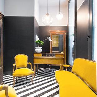 Inspiration för en eklektisk hall, med flerfärgade väggar och flerfärgat golv