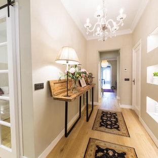 Idee per un ingresso o corridoio classico di medie dimensioni con pareti beige e parquet chiaro