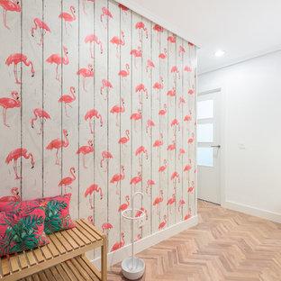 Ejemplo de recibidores y pasillos exóticos, de tamaño medio, con paredes multicolor, suelo laminado y suelo marrón