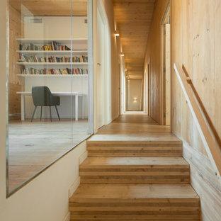 Imagen de recibidores y pasillos actuales con suelo de madera clara y suelo beige