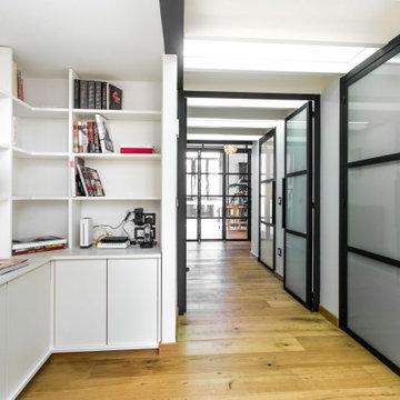 Biblioteca y pasillo estilo industrial