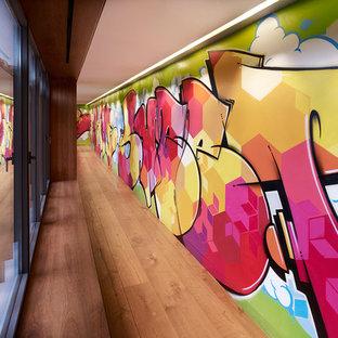 Inspiration för en stor funkis hall, med flerfärgade väggar, mellanmörkt trägolv och brunt golv