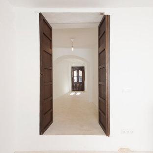 Diseño de recibidores y pasillos mediterráneos, de tamaño medio, con paredes blancas y suelo beige