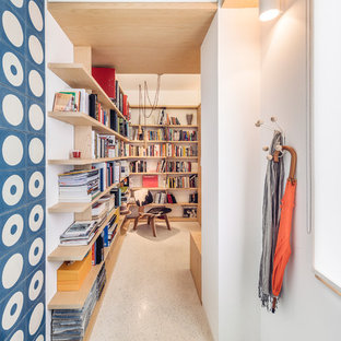Idéer för att renovera en mellanstor minimalistisk hall, med vita väggar och vitt golv