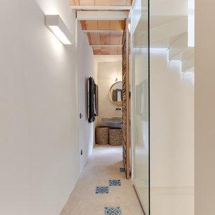 Diseño de recibidores y pasillos mediterráneos, de tamaño medio, con paredes blancas y suelo multicolor