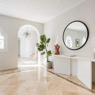 Imagen de recibidores y pasillos contemporáneos con paredes blancas y suelo beige