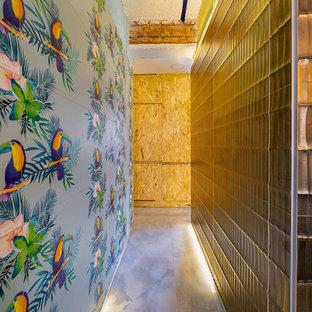 Idéer för att renovera en funkis hall, med blå väggar, marmorgolv och turkost golv