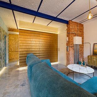 Modern inredning av en hall, med blå väggar, marmorgolv och turkost golv