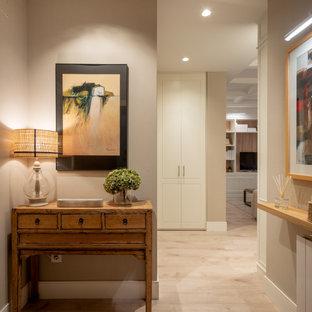 ビルバオの小さいコンテンポラリースタイルのおしゃれな廊下 (グレーの壁、ラミネートの床、ベージュの床、折り上げ天井、壁紙) の写真