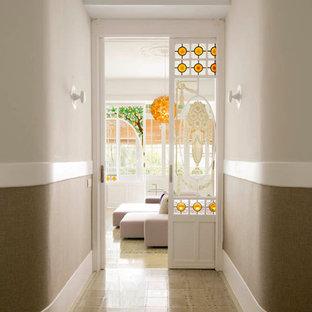 Idéer för en mellanstor eklektisk hall, med beige väggar och klinkergolv i keramik
