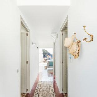 Modelo de recibidores y pasillos mediterráneos, de tamaño medio, con paredes blancas, suelo de baldosas de cerámica y suelo multicolor