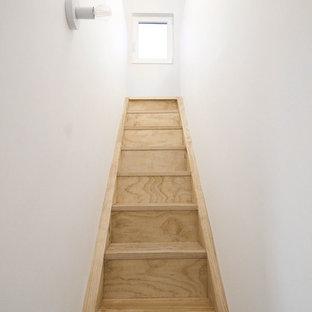 Escalera estrecha de acceso al altillo