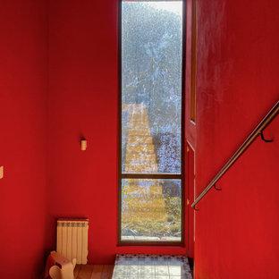 Inspiration för stora moderna hallar, med röda väggar och ljust trägolv