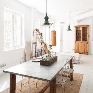 Diseño de recibidores y pasillos bohemios con paredes blancas y suelo blanco