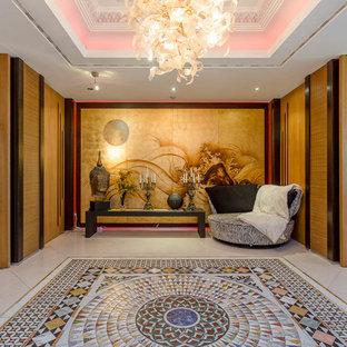 Foto på en eklektisk hall, med bruna väggar och flerfärgat golv