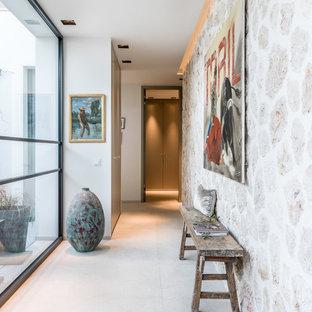 Diseño de recibidores y pasillos costeros, de tamaño medio, con suelo beige